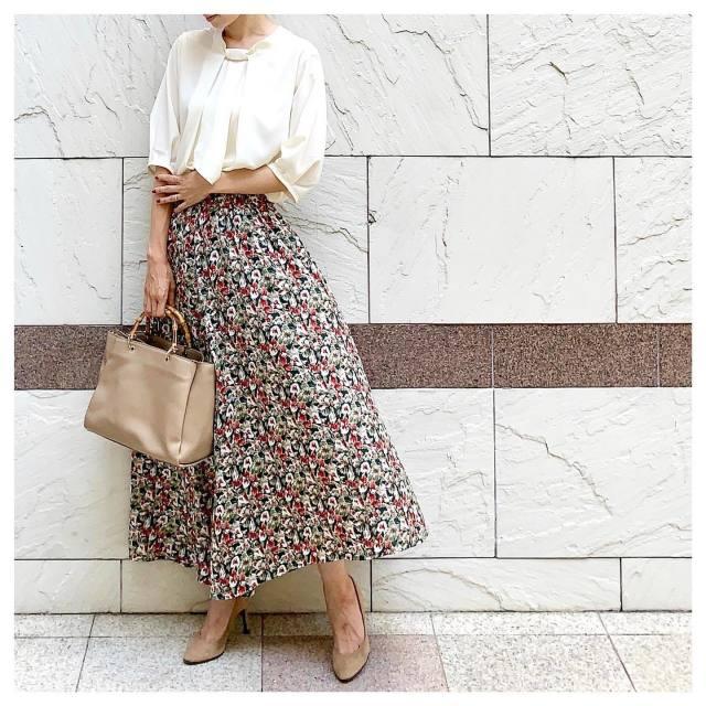 「柔らかい印象の白ブラウス&シックな色柄のスカート」で大人っぽく