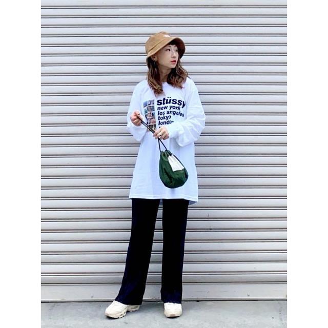 【白のプリント長袖Tシャツ】渋めな秋色パンツを効かせて