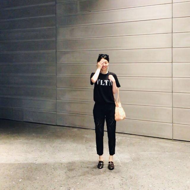 【ポイント2】「白ロゴ×黒Tシャツ」は使いやすさ満点