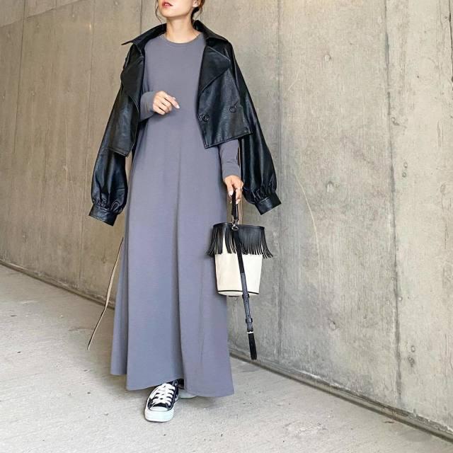【3】体型カバーに大活躍♡ グレーのマキシ丈ワンピース