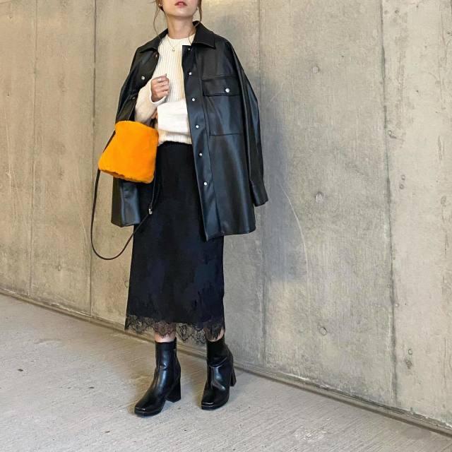 「オーバーサイズなレザージャケット」×「フェミニンコーデ」で大人カジュアルの完成