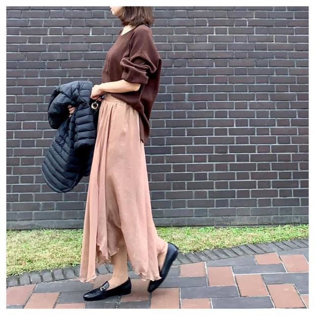 冬コーデに馴染む「ブラウン系のシフォンスカート」