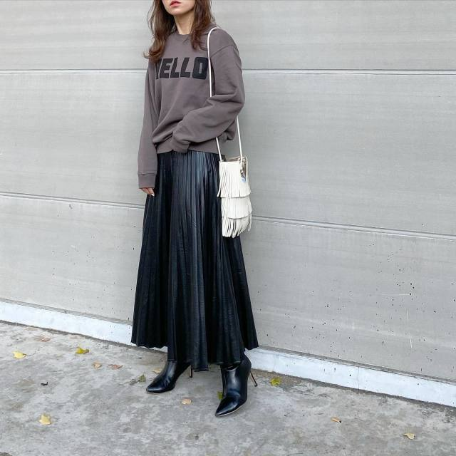 【1】トレンドスタイルに導く「フェイクレザーのプリーツスカート」