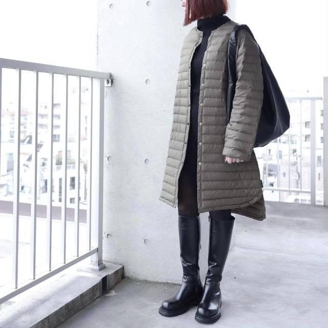 「ラウンドヘムのキルティングコート」を襟高ニット&ロングブーツでスタイリッシュに
