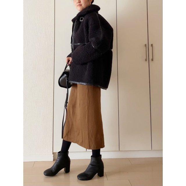 黒のボアジャケット+タイトスカートとブーツで大人っぽく