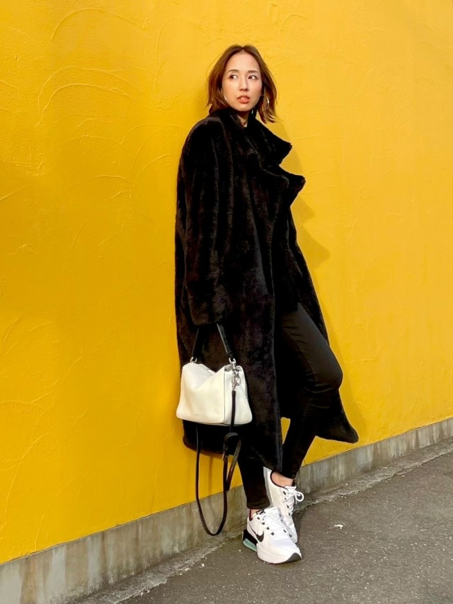 冬の黒服に映える「白いスニーカー」