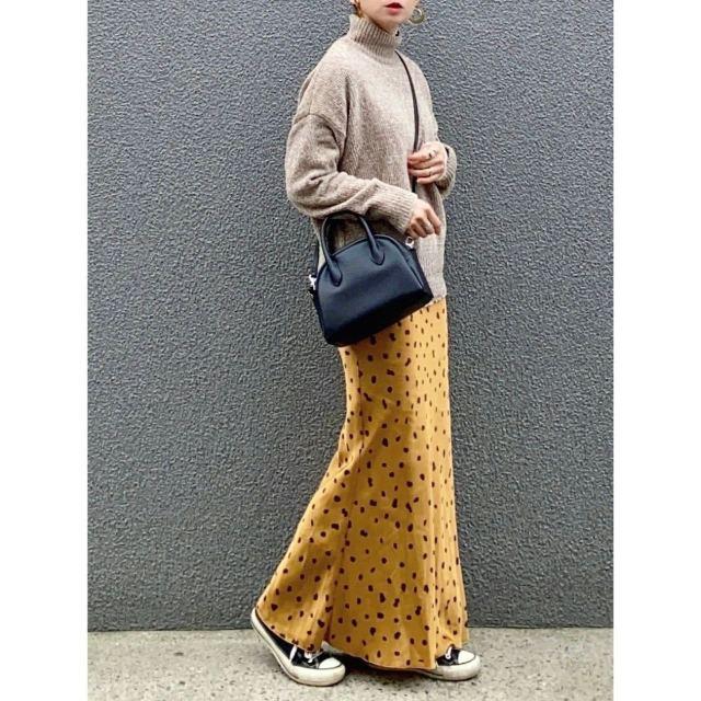 「スニーカー×マーメイドスカート」のカジュアルコーデ