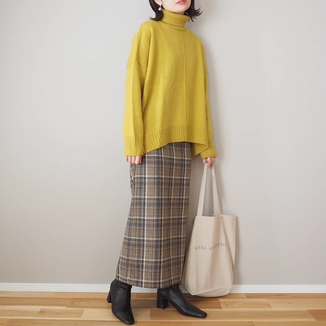 「タイトなチェック柄スカート」はざっくりニットとラフ感のあるシューズで今っぽく