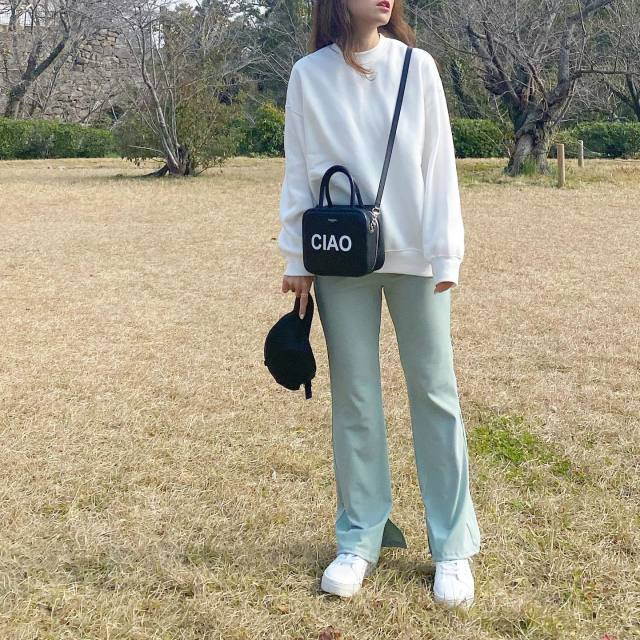 【コーデ2】カジュアルな白のTシャツやスウェットでこなれた印象に