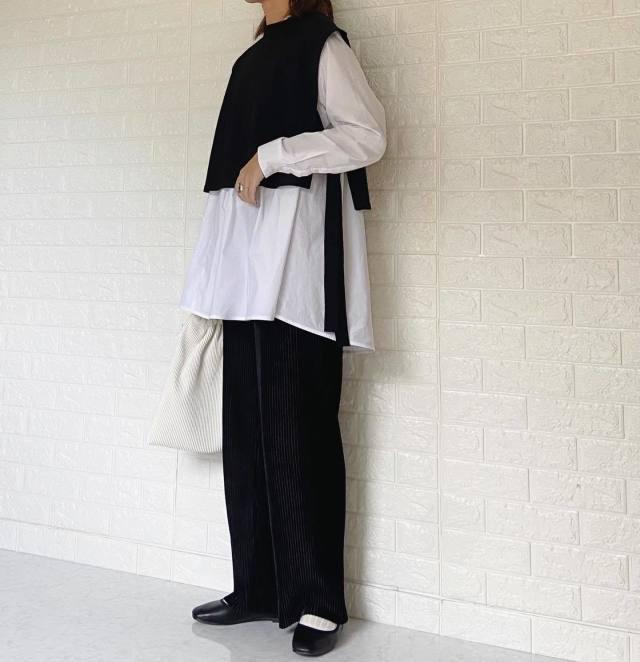 【黒ワイドパンツ】白をプラスして都会的なモノトーンに!