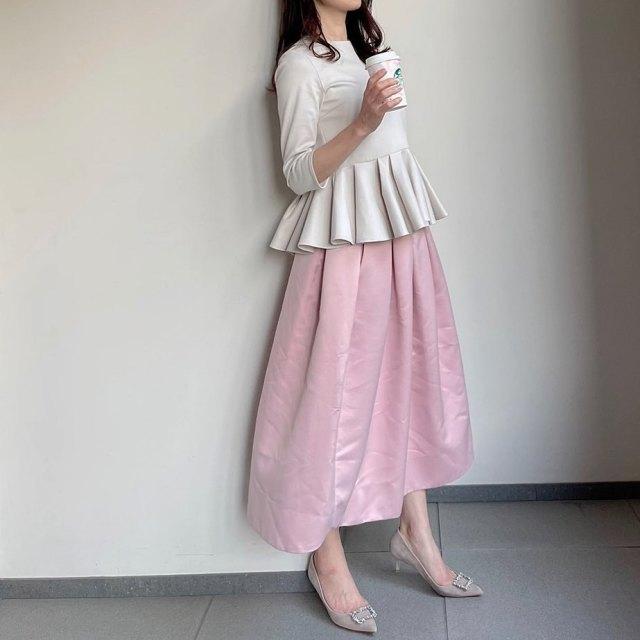「ピンクのフレアスカート」はペプラム合わせでドラマティックに