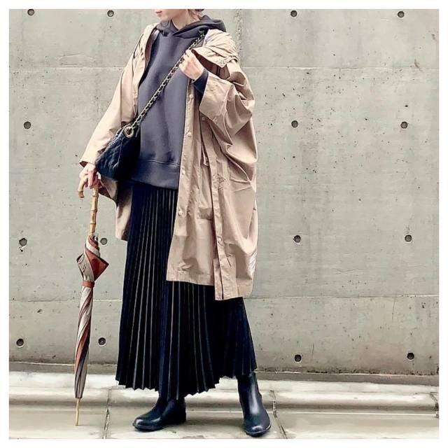重めなレインブーツには軽やかな生地感のロングスカートを