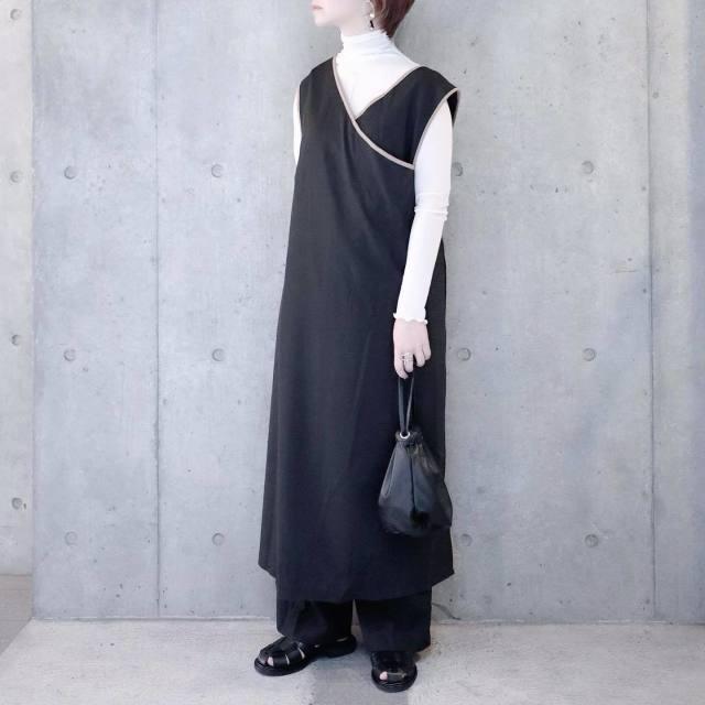 ブラックレザーの巾着を、シックなモノトーンコーデの定番に任命!