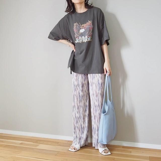 ゆるTシャツ×柄パンツで着こなしの奥行きアップ