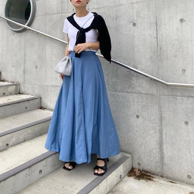 【初夏のブルー:その2】マキシスカートは、モノトーンで締める