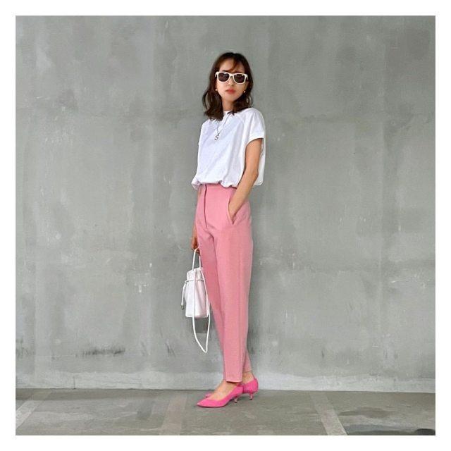 「きれい色パンツ」で白Tを品よく華やかに