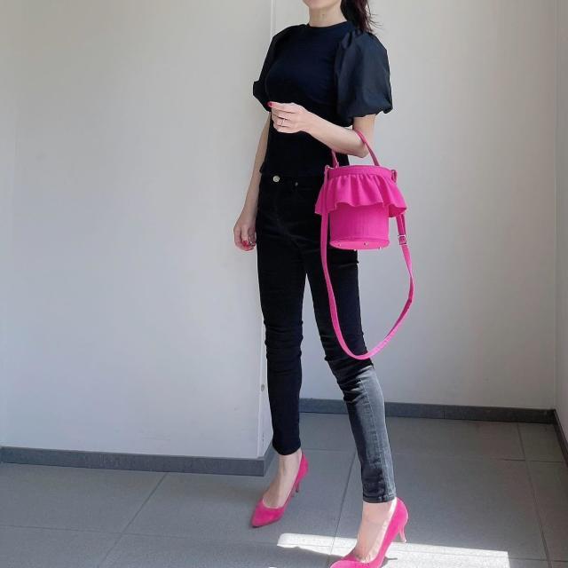 「黒ワントーン×ビビッドピンクの小物」でモードな大人可愛さを