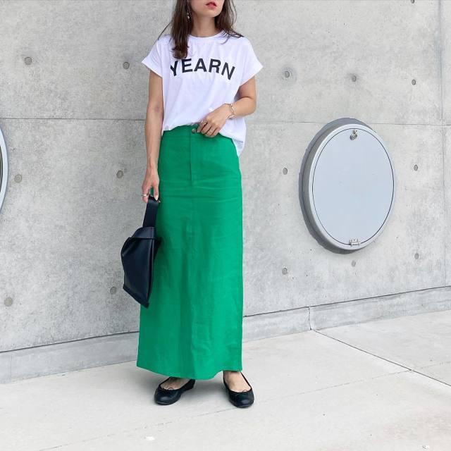 クリーンな白Tシャツに、グリーンスカートの清涼感を掛け合わせる!
