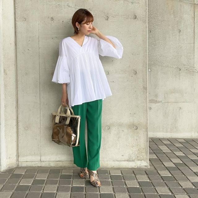 プリーツ袖×プリーツ切り替えなら、シンプルなパンツにトップスアウトするだけでOK!