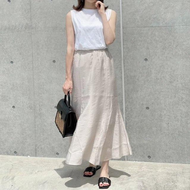 「ベージュのマーメイドスカート」で清潔感ある女子コーデに