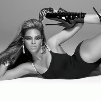 News_Beyonce_black_white_swimsuit_boots