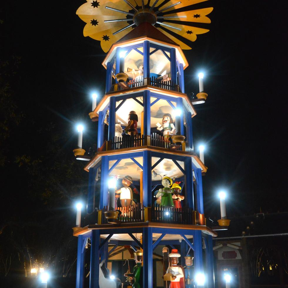 Weber Christmas pyramid, Dallas Arboretum