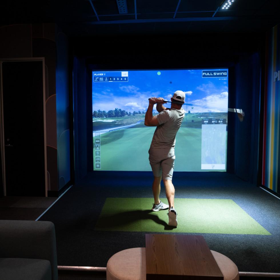 Palace Social golf simulator