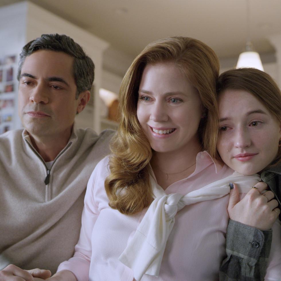 Danny Pino, Amy Adams, and Kaitlyn Dever in Dear Evan Hansen