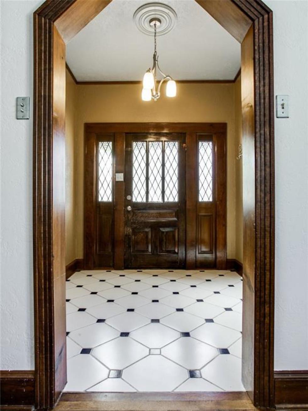 924 Lausanne Avenue Dallas home for sale entry way