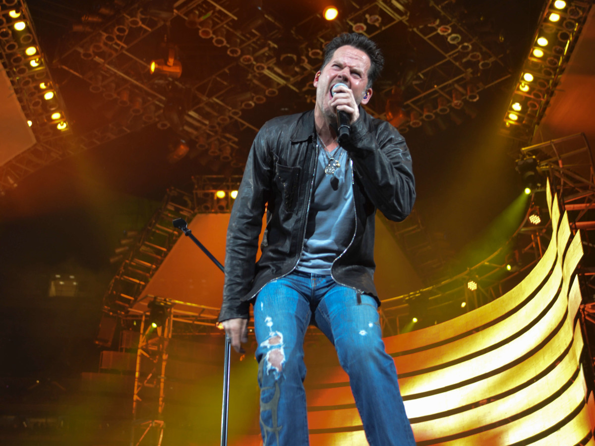 A cooler Johnny Drama: Gary Allan brings intensity, fun and