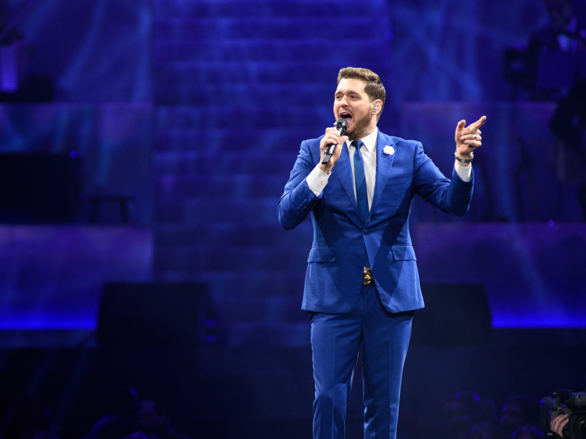 Michael Buble Christmas Special 2019.Michael Buble Charms And Croons To Adoring Toyota Center