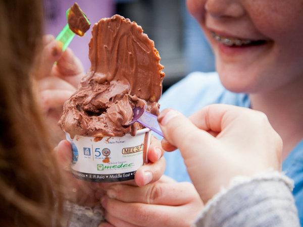 kids eating cup of Italian gelato