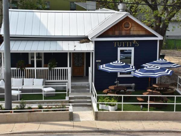 Tutti's Southtown restaurant patio