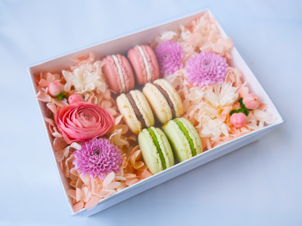 Macaron Mother's Day flower box
