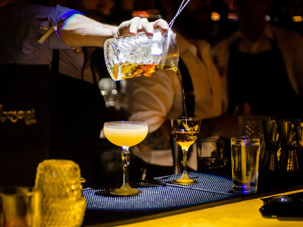 The Roosevelt Room cocktail pour