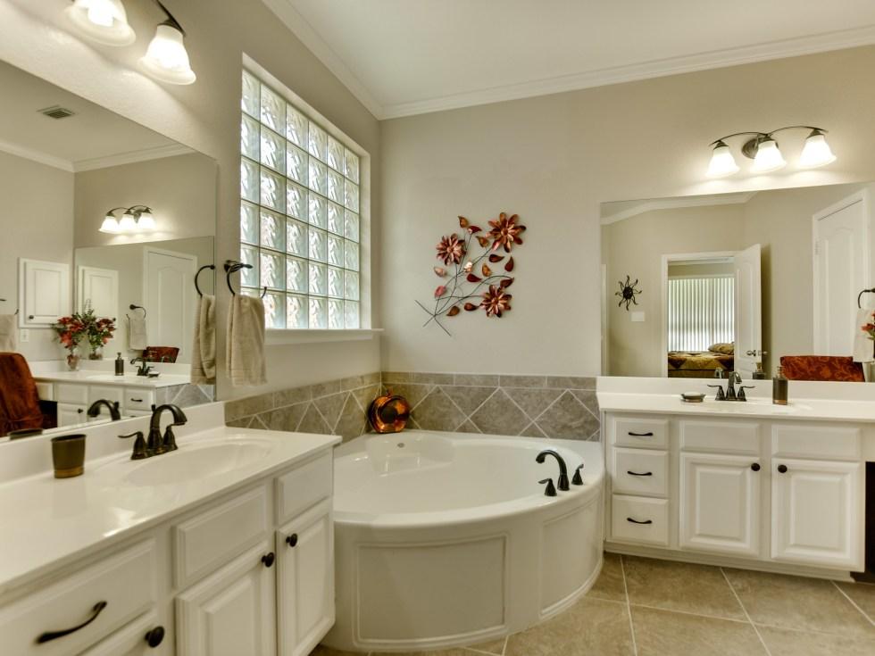 9013 Sautelle Austin house for sale bathroom