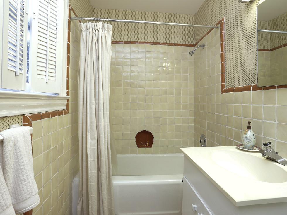 2424 Locke Lane in Houston house for sale bathroom