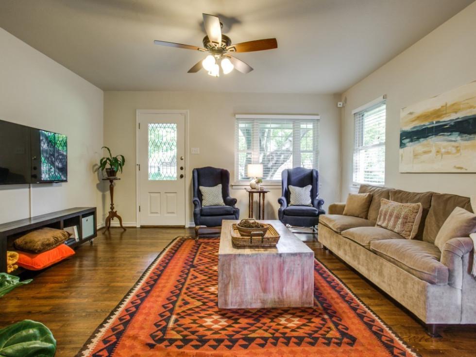 10145 Eastwood Dr. living room