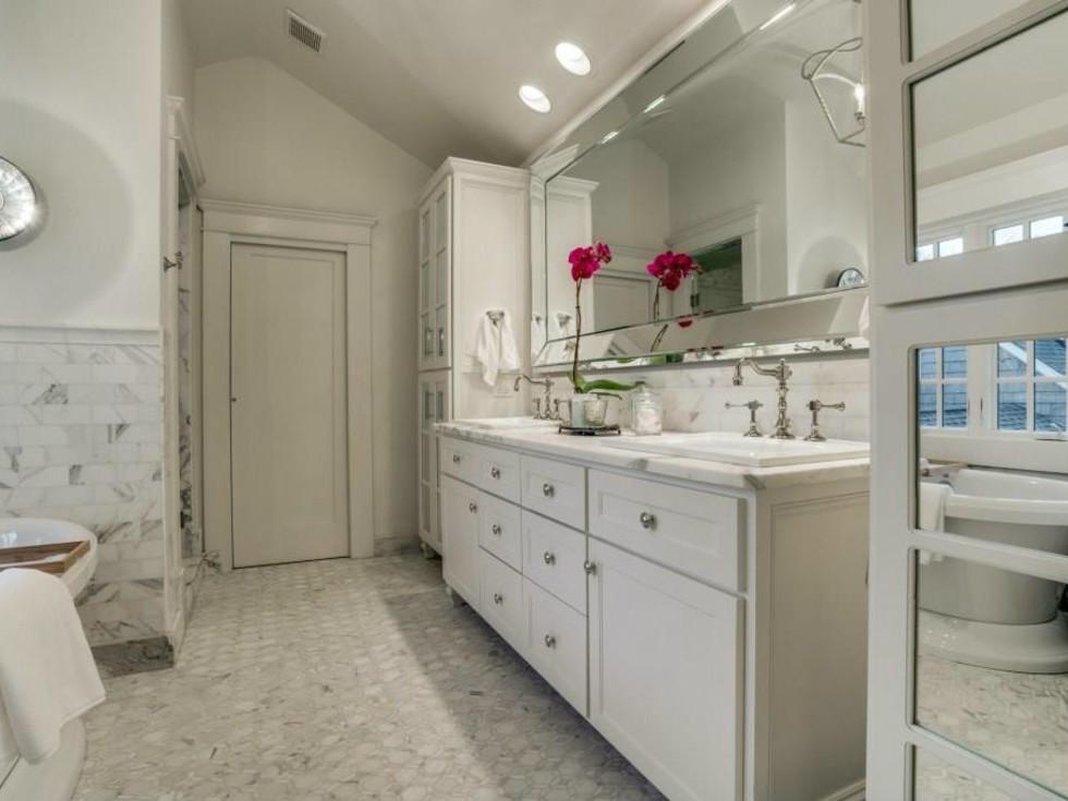 5450 Auburndale Ave. master bathroom