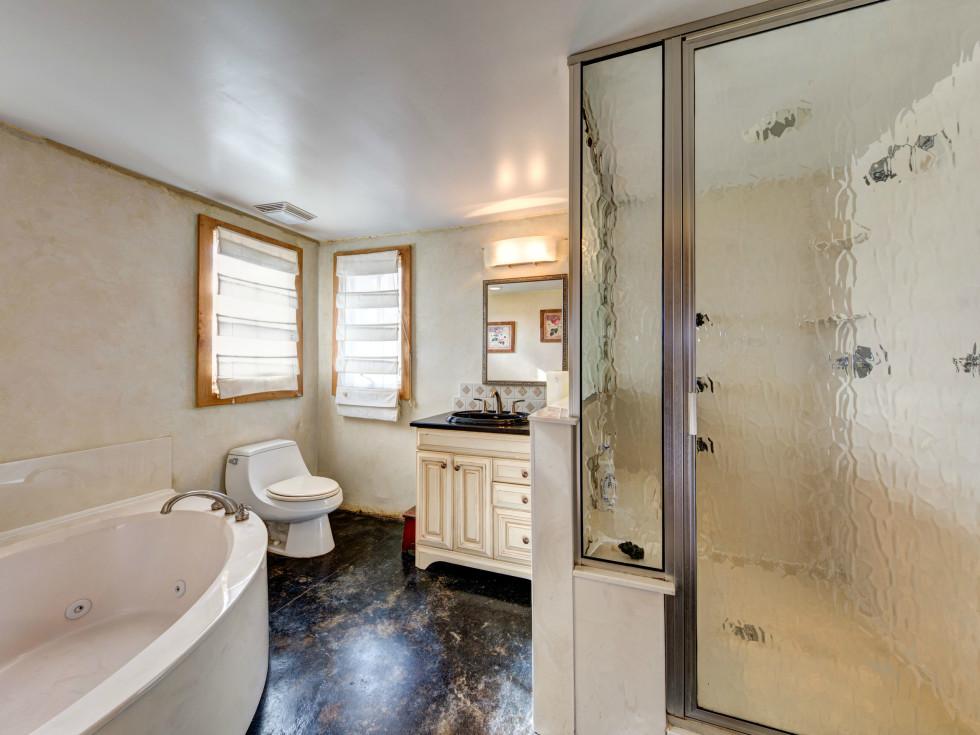 Austin home house 2105 E 9th St 78702 January 2016 bathroom