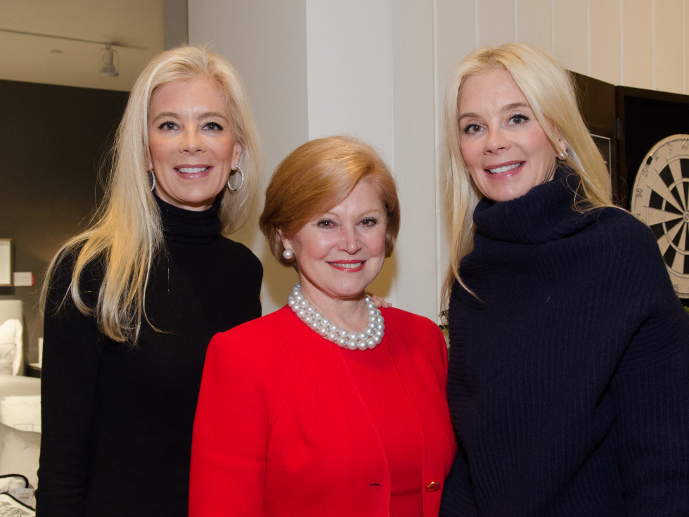 News, PetSet Gifting, Dec. 2015 Tama Lundquist, Jan Duncan, Tena Lundquist Faust.