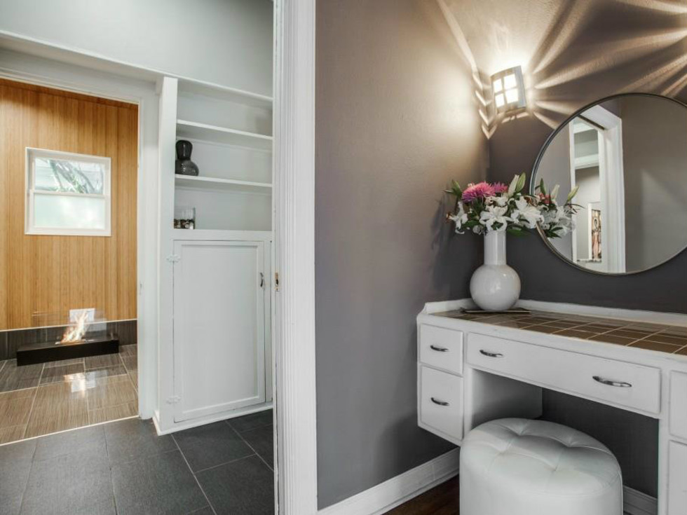Vanity area at 114 N. Edgefield in Dallas