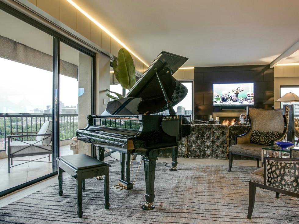 Living room at 3831 Turtle Creek Blvd. in Dallas