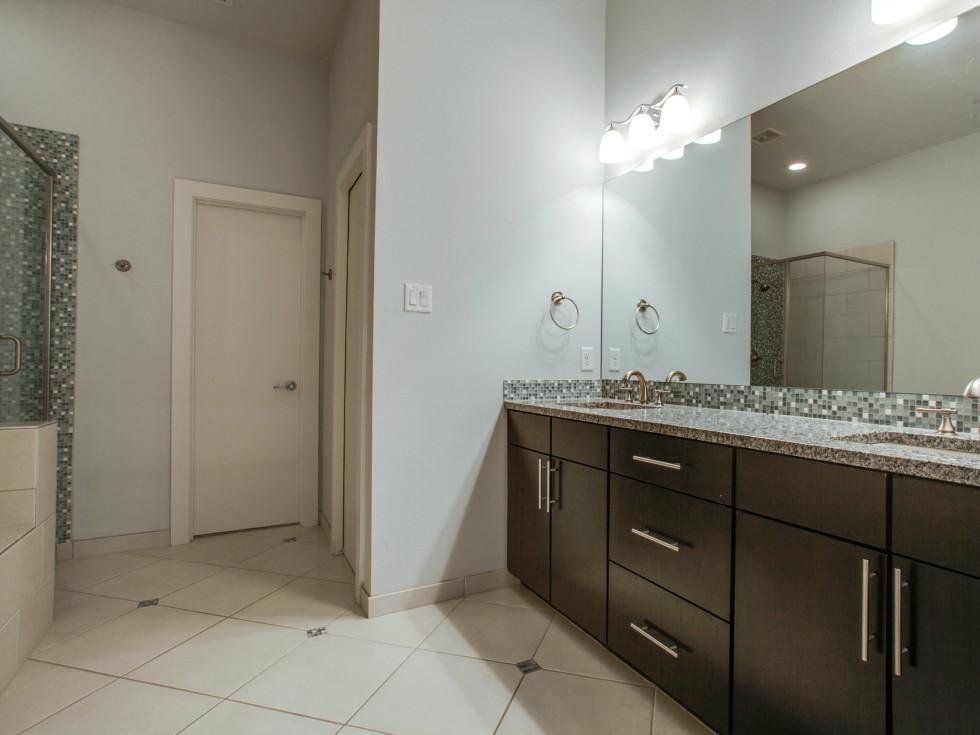 3200 Ross Ave in Dallas master bathroom