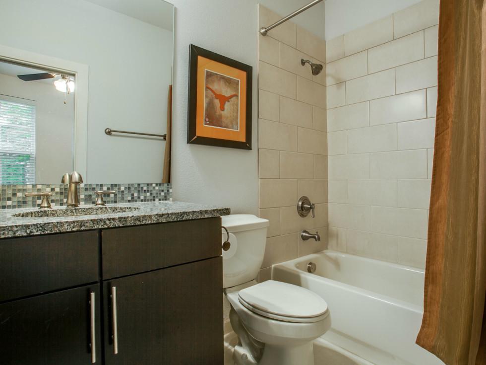 3200 Ross Ave in Dallas bathroom