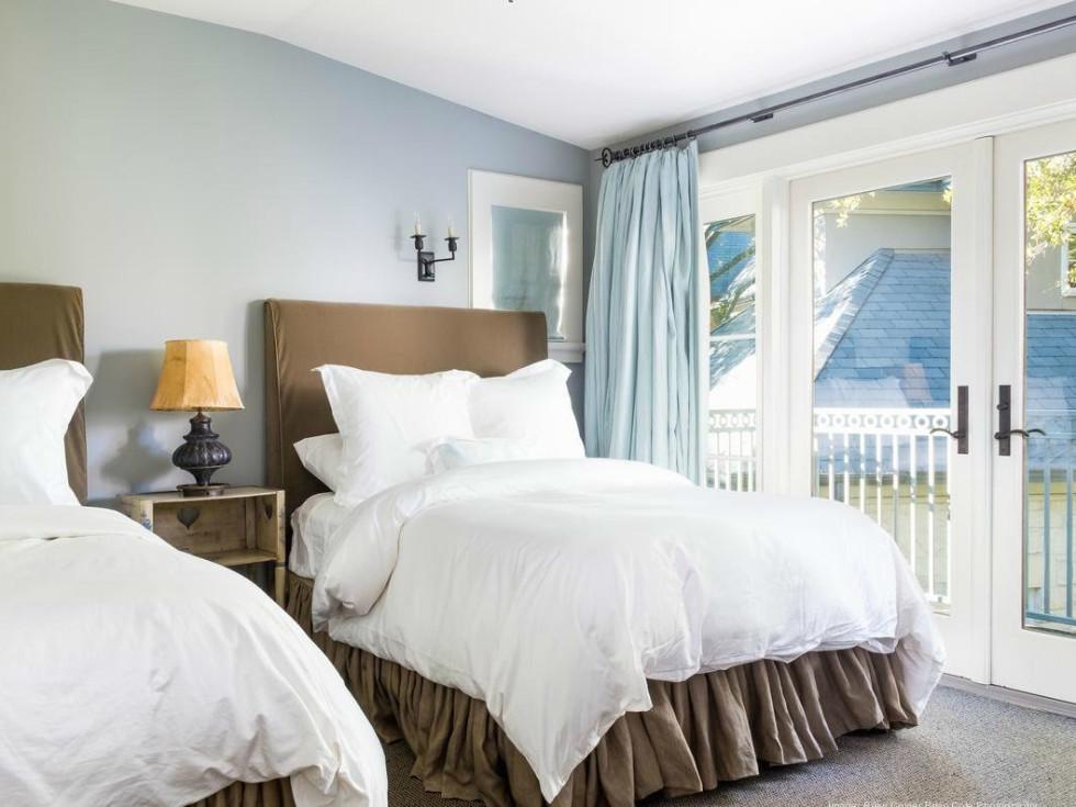 Dennis Quaid Lake Austin Guest Room