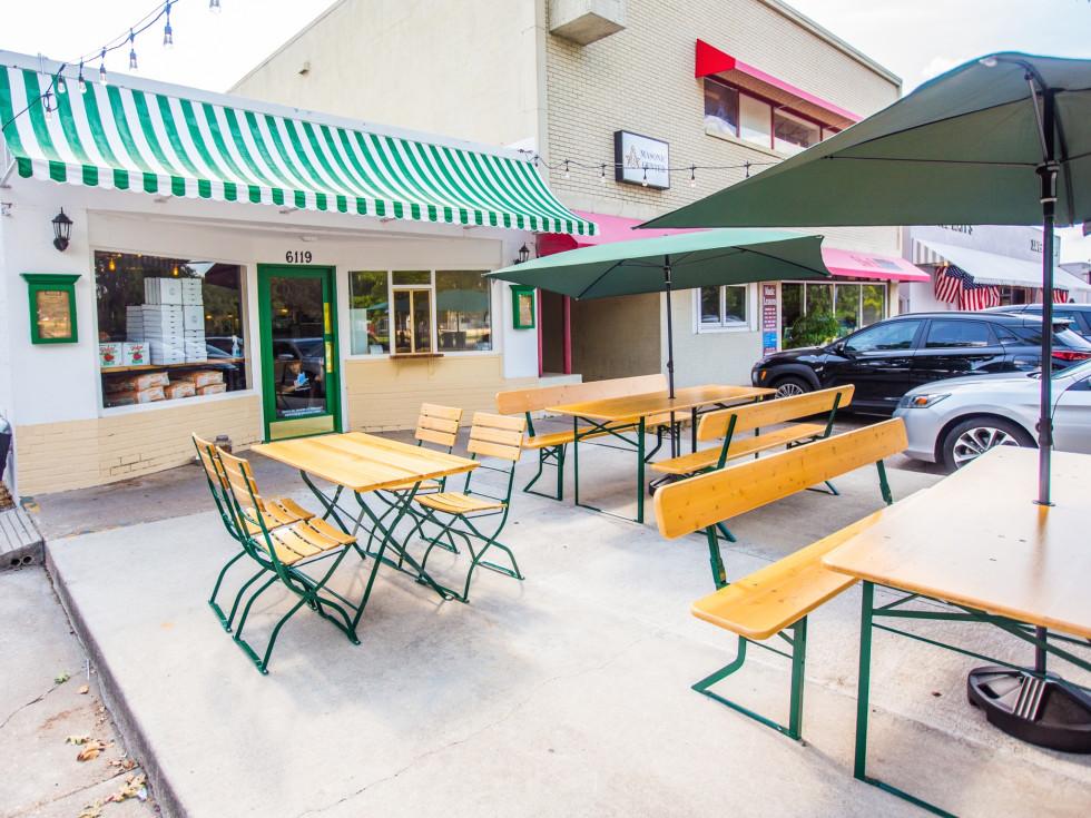 Pizza Motus patio