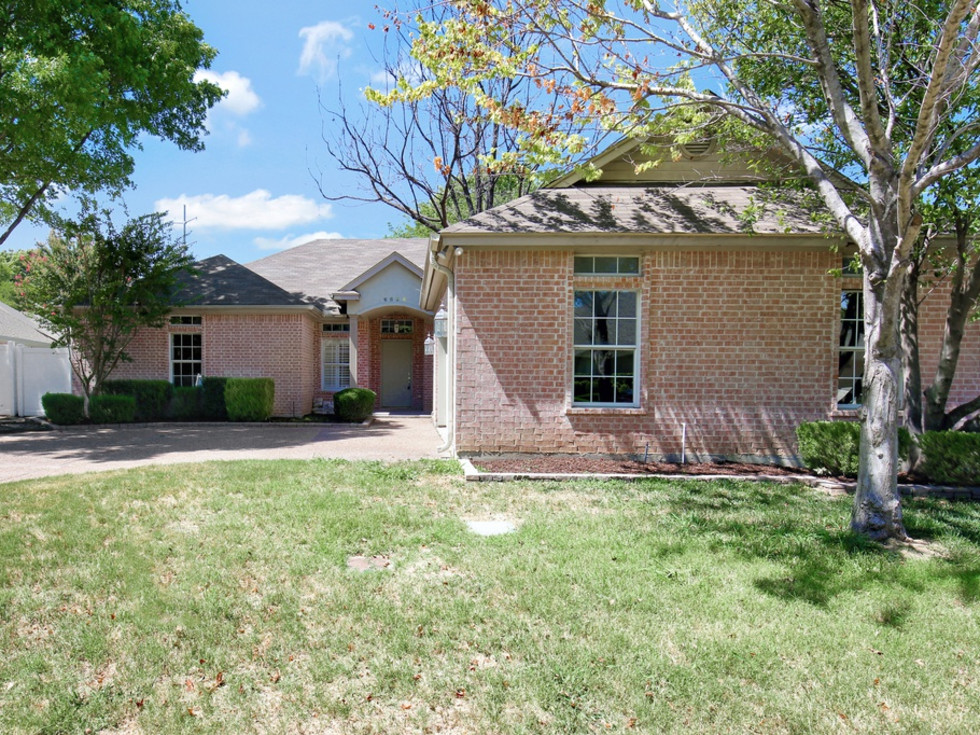 6624 Meadowpark Court house for sale in Benbrook