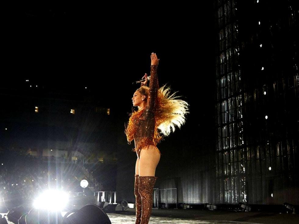 Beyonce concert pose