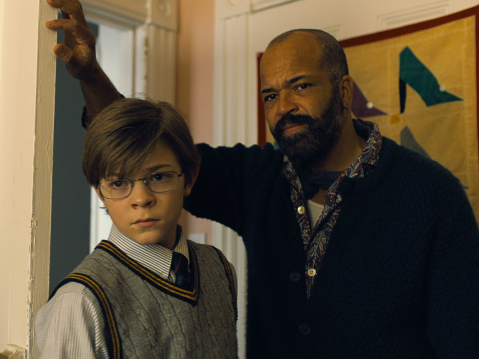 Oakes Fegley and Jeffrey Wright in The Goldfinch